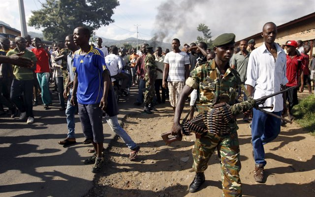 Un soldado durante las protestas en Burundi