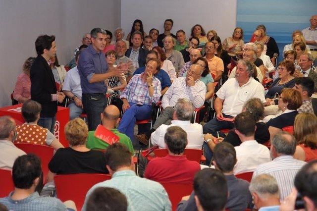 Zuloaga en un encuentro con socialistas