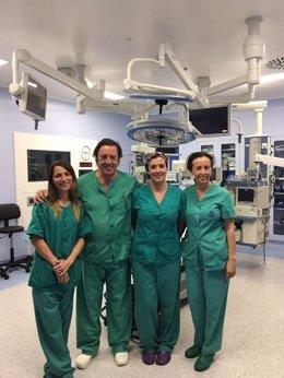 Antonio Pineda, junto a otros sanitarios