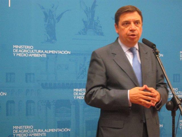 El consejero andaluz Luis Planas atiende a los periodistas