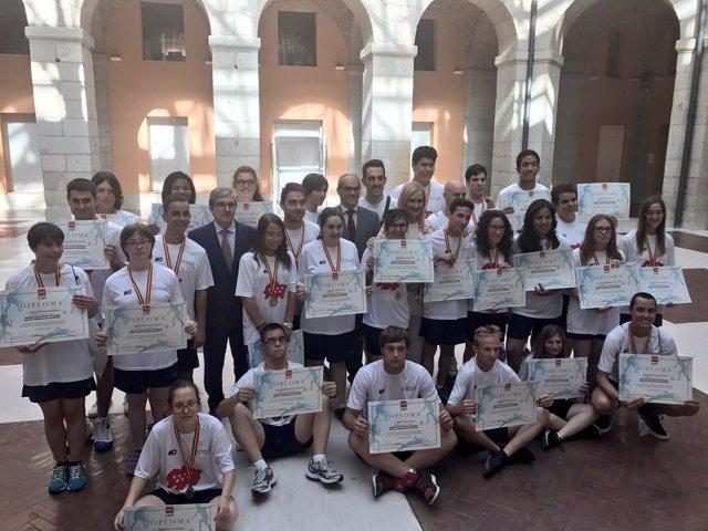 Cifuentes con miembros del equipo madrileño con discapacidad intelectual
