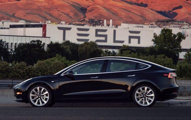 Primer Tesla Model 3 salido de fábrica