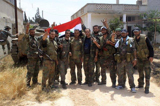 Soldados leales al presidente Al Assad celebran victoria sobre los rebeldes