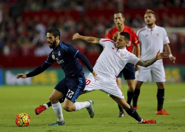 Isco ante Vitolo en un Sevilla-Real Madrid