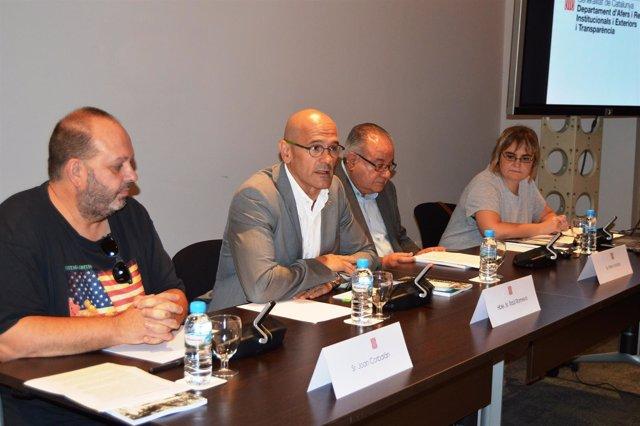 Presentación de 'La veu dels morts silenciats' con el conseller Romeva