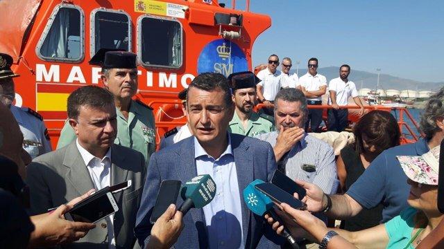 Antonio Sanz atiende a los medios en la visita a Salvamento Marítimo en Motril