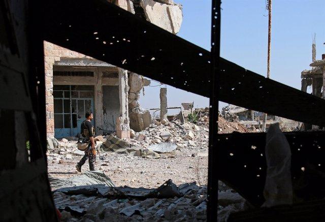 Un militar del ejército libre de Siria porta un arma
