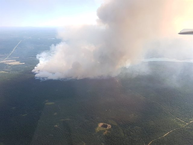 Vista aérea de un incendio forestal en Columbia Británica.