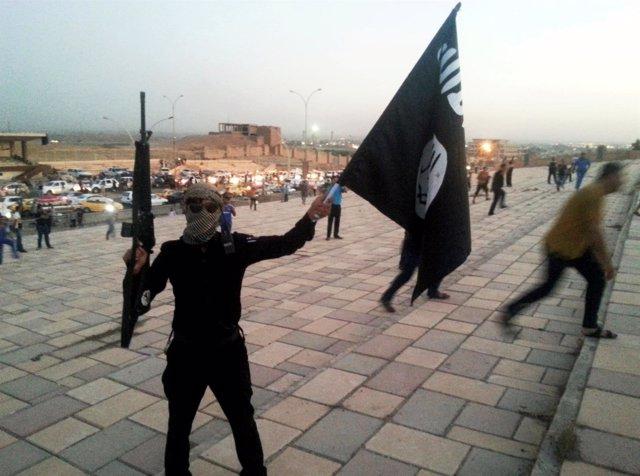 Combatiente del Estado Islámico en una calle de Mosul