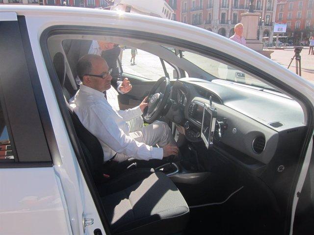 Valladolid. Luis Vélez prueba uno de los vehículos de letura de matrículas