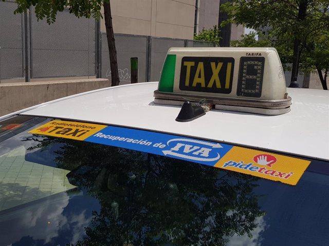 Imagen del logo del sistema en un taxi