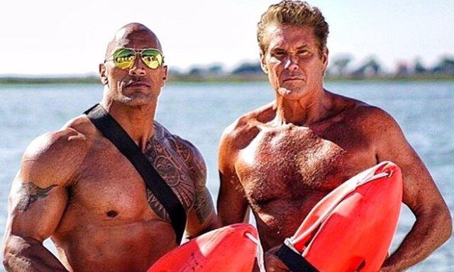 David Hasselhoff junto a Dwayne Johnson en Baywatch