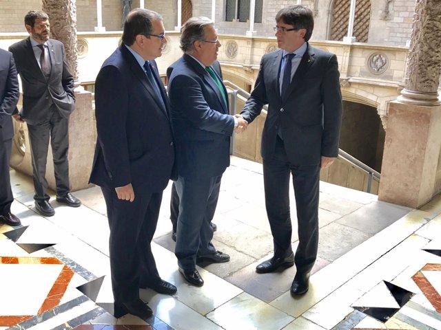 Carles Puigdemont recibe en la Generalitat al ministro Juan Ignacio Zoido