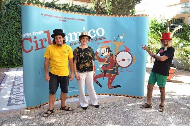 Marisa Ruz y los hermanos Moreno junto a al cartel del evento