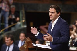 """Rivera acusa a Podemos de dar un """"balón de oxígeno"""" a los separatistas catalanes cuando están """"a la baja"""""""