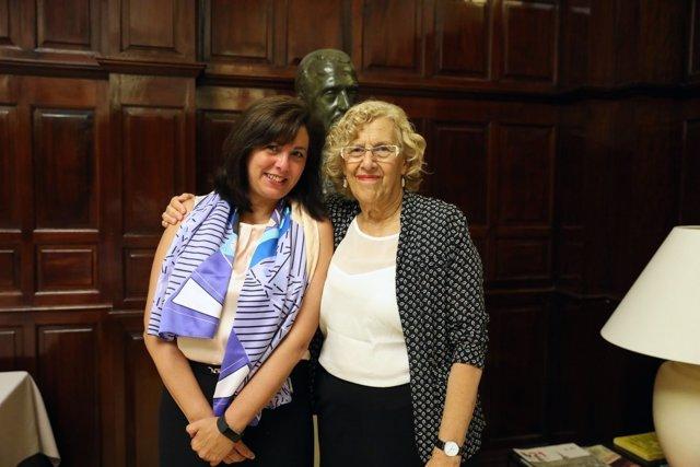 La presidenta de Siemens España, Rosa García, con la alcaldesa de Madrid