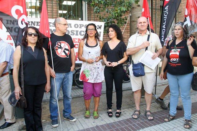 Representantes de Podemos en la protesta de CGT en Sevilla