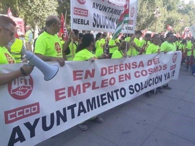Trabajadores de la cementera Cosmos se concentran en Sevilla.