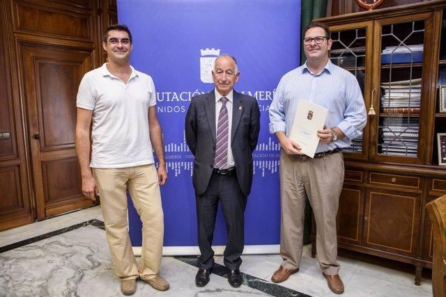 Gabriel Amat ha recibido a dos representantes del Grupo Musical Almenara.