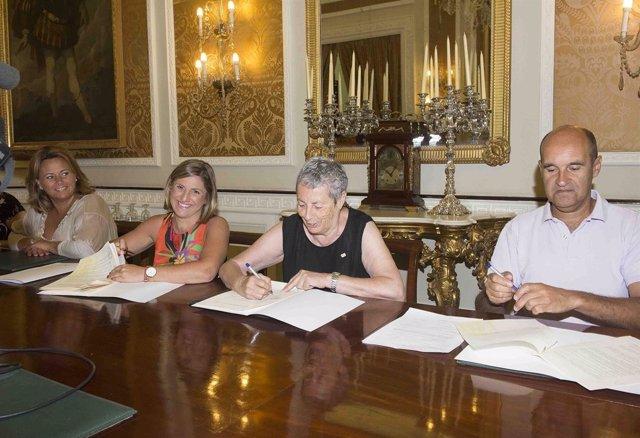 La presidenta de la Diputación de Cädiz firma con Cruz Roja