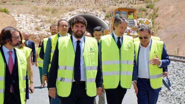 El ministro de Fomento, Íñigo de la Serna con López Miras en Variante Camarillas
