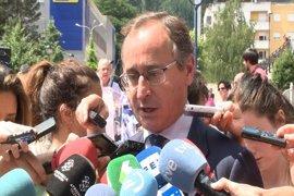 """Alonso acusa al parlamentario de EH Bildu Julen Arzuaga de acudir al homenaje en Ermua a """"blanquear su imagen"""""""