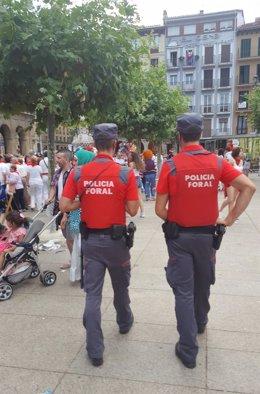 Agentes de la Policía Foral patrullan en la Plaza del Castillo