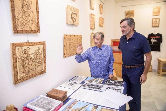 Antonio Collado junto al diputado Ángel Escobar, en un recorrido por la muestra.