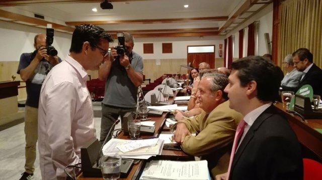 El portavoz de IU (de pie) habla con los portavoces del PP antes del Pleno