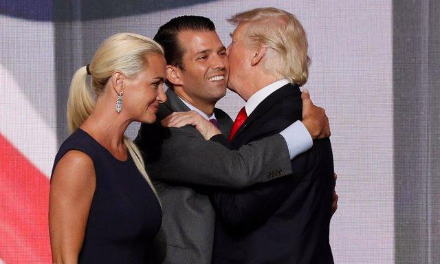 Donald Trump abraz aa su hijo Donald Trump Jr ante la mujer de este, Vanessa