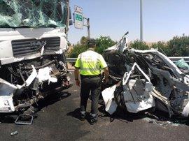 Muere una persona en la colisión entre un turismo y dos camiones en la A-4 en Córdoba