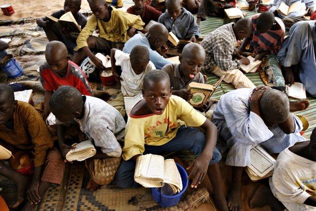 Talibés de una escuela coránica o daara en Dakar