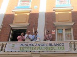 Nuevas Generaciones del PP despliega una pancarta en memoria de Miguel Ángel Blanco en la sede vallisoletana del partido