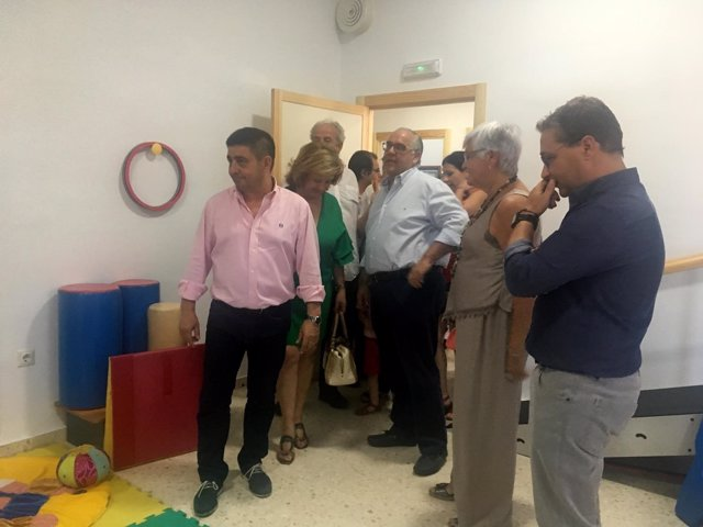 Reyes visita el centro de Aprompsi en Andújar