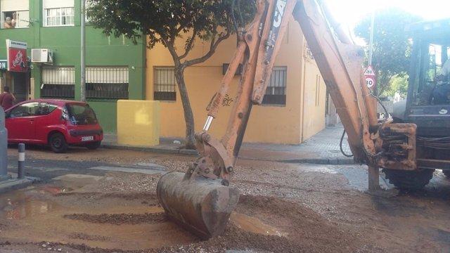 Operarios de Emasesa trabajan en la rotura de una tubería en Pino Montano