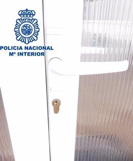 Puerta que intentaron forzar los ladrones
