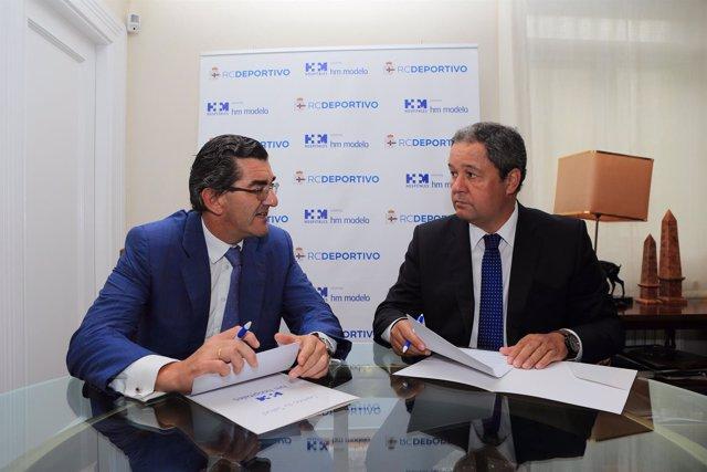 Los presidentes de ambas entidades firmando el acuerdo