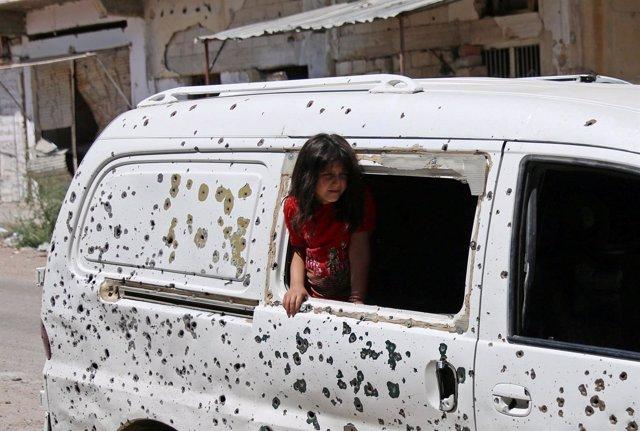 Una niña en un autobús tiroteado de Deraa