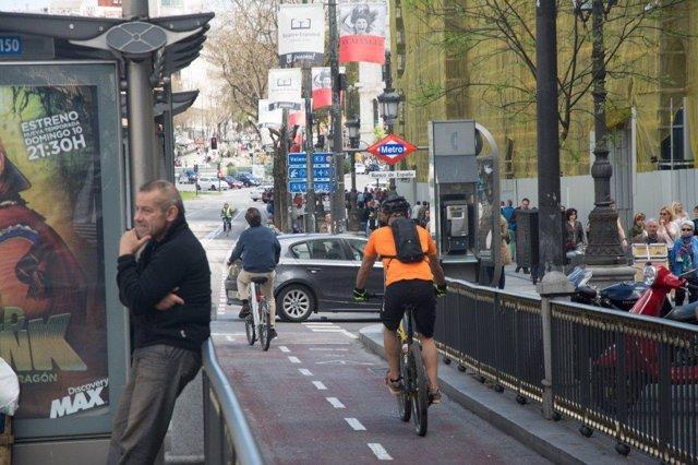 Ciclista por el carril bico