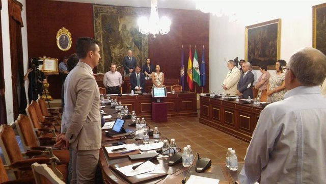 El Pleno de Diputación guarda un minuto de silencio por los accidentados