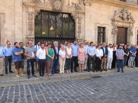 Autoridades baleares guardan un minuto de silencio frente al Ayuntamiento por Miguel Ángel Blanco