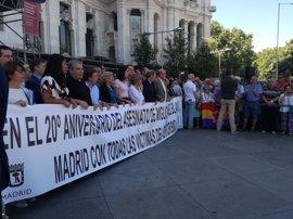 La polémica de la pancarta marca la concentración convocada por el Ayuntamiento en recuerdo de Miguel Ángel Blanco