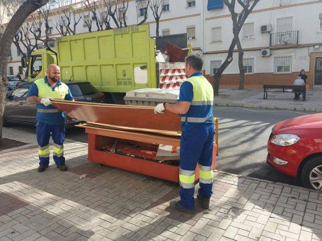 Enseres muebles limasa recogida camión limpieza Málaga capital operario