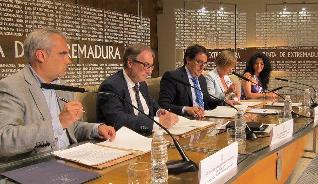 Momento de la firma del convenio este miércoles en Mérida