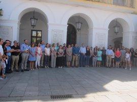 Miembros de todos los partidos extremeños participan en Mérida en un minuto de silencio por las víctimas del terrorismo