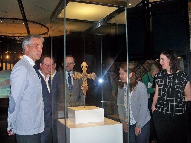 Miembros de 'la Caixa' y del British Museum junto a una pieza de la exposición