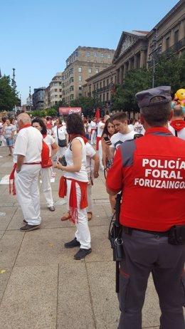 Un policía foral patrulla por la Plaza del Castillo en San Fermín