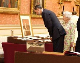 Reyes regalan a Isabel II facsímiles de postales de Alfonso XIII, Victoria Eugenia y del Libro de Horas de Felipe II