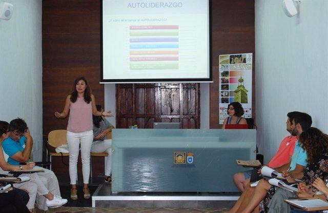 La coach Marina G. Díaz-Jargüin en los cursos de verano de la UPO