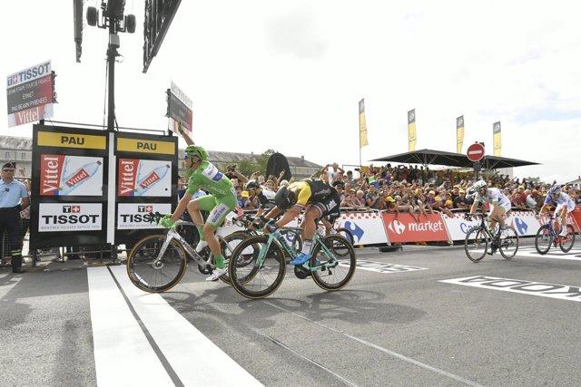 Marcel Kittel levanta su brazo en señal de victoria